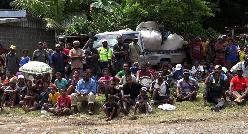 Morobe Provincial Govt Gives Clothes To Families