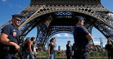 Paris tourism chiefs demand rescue plan as attacks scare off visitors