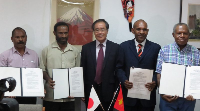 L-R: George Urai (Ugu Primary School), Andreas Pu'u (FORD), His Excellency Ambassador Morio Matsumoto, Matthew Maku (Laiagam Elementary School, and Paul Hauaiemb (Warabung Primary School).