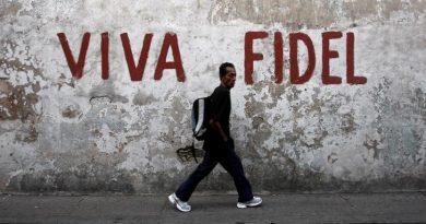 "A man walks past a graffitti that reads ""Long live Fidel"" in Santiago de Cuba in this December 29, 2008 file photo.    REUTERS/Claudia Daut/File Photo"