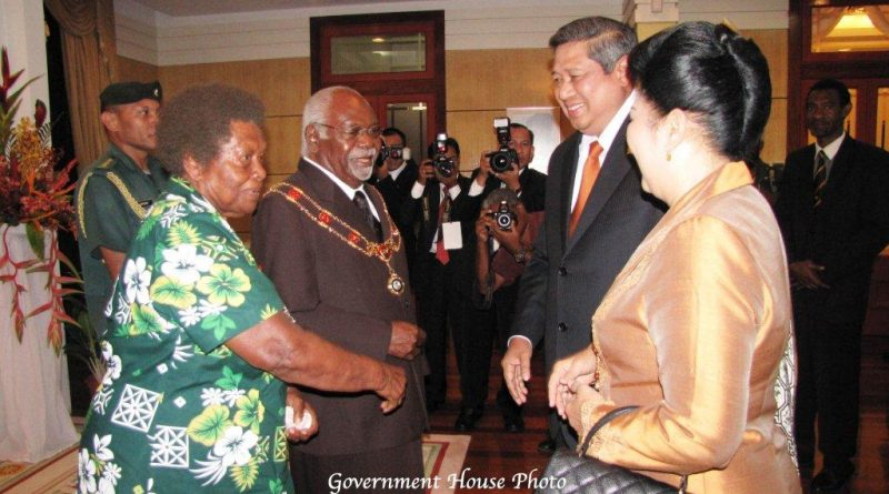 former-gg-sir-paulias-matane-and-lady-kaludia-receiving-indonesia-president-susilo-bambang-yudhoyono-and-his-wife-at-government-house